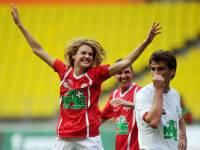 Наталья Водянова сыграла в футбол в благотворительных целях