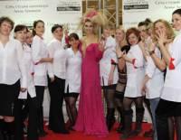 ...Лены Лениной объявила в рекламном запале, что за 10 тысячевро сделает маникюр любому желающему лично.