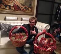 На премии «Успешная Женщина  2014 года» Роме Жукову вручили 40 кг колбасы