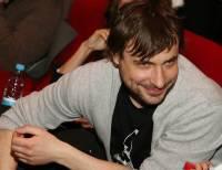 СМИ: Евгений Цыганов покинул квартиру, где жил с беременной женой и детьми