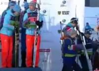 Видео: На ЧЕ украинские биатлонистки ушли с пьедестала при звуках российского гимна