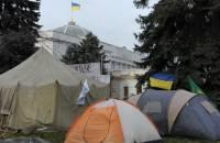 В палаточном городке у Рады остались на ночь несколько сотен протестующих