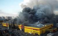 В охваченном огнем ТЦ «Синдика» рухнули кровля и часть стены