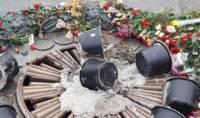 Власти Киева потребовали найти и наказать вандалов, заливших Вечный огонь цементом