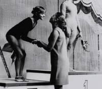 Латынина награждает Корбут после соревнований