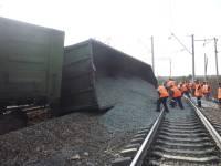 В Приамурье товарный состав врезался в грузовик, погибли 3 человека, 10 вагонов сошли с рельсов