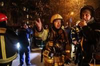 СМИ: на востоке Москвы женщина упала с восьмого этажа горящего дома