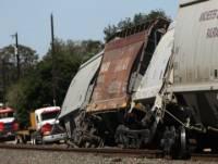 В США товарный поезд врезался в пассажирский автобус, погибли 4 человека, десятки ранены