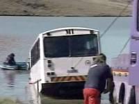 В Китае десять человек погибли в результате падения автобуса в реку