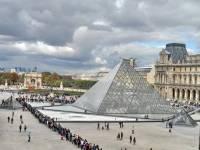 В полиции Парижа опровергли сведения о бомбе, якобы оставленной на площади у Лувра