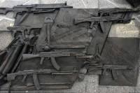 В Москве задержали рабочих, убиравших ошибочное изображение с памятника Калашникову