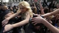 На президента Чехии напала полуголая активистка Femen