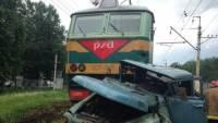 Под Челябинском поезд врезался в автомобиль, водитель погиб