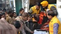 В Индии поезд на полном ходу врезался в толпу: погибли около 50 человек