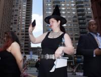 Американские ведьмы провели в Нью-Йорке ритуал по наведению порчи на Трампа и Кавано