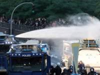 Парижские силовики после поджогов разгоняют манифестантов брандспойтами