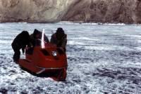 На Москве-реке под лед провалились пять человек на снегоходах