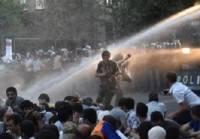 В Ереване более 20 человек пострадали в стычках с полицией