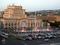 В центре Еревана собрались десятки тысяч митингующих