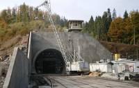Порошенко открыл тоннель в Европу, проехав на электровозе