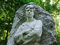 Женщина, перекрасившая памятник Есенину, находилась в федеральном розыске