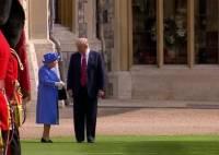 Британских пользователей ужаснули манеры Трампа при встрече с королевой