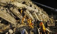 В Индонезии сотни туристов после землетрясения не могут спуститься с горы