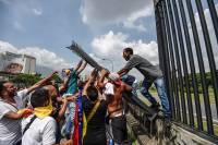 СМИ: В Венесуэле в стычках с полицией погибли 16 манифестантов