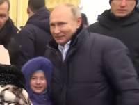 Видео: Во время визита в Петербург Путин успокоил расплакавшуюся девочку