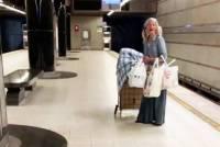 Бездомной россиянке, исполнившей арию в подземке Лос-Анджелеса, предложили выгодный контракт
