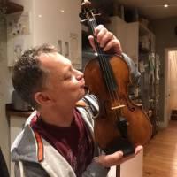 Музыканту вернули скрипку стоимостью $320 тыс., забытую в поезде