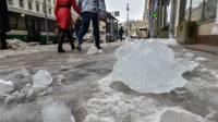 В Петербурге растет число пострадавших от падения наледи с крыш