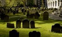 В США женщина провалилась под могильную плиту родителей