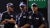 В Австралии пропавший в воде турист был найден голым на улице