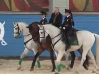 Президент Путин проехал на коне из полицейского патруля Москвы