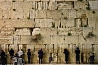 В Иерусалиме в преддверии праздника Песах начали очищать от записок Стену Плача