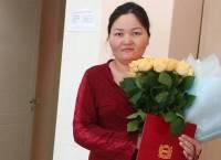 Молодой маме из Омска предложили уплатить налог за букет, подаренный в роддоме