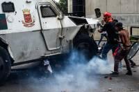 В Каракасе военный автомобиль въехал в участников акции протеста