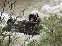 В украинских Карпатах грузовик с туристами упал в реку, сорвавшись с 40-метрового обрыва