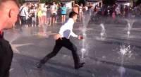 Зеленский в Мариуполе убежал от толпы через фонтан