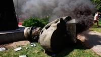 В Харькове трое полицейских пострадали во время сноса вандалами бюста Жукова
