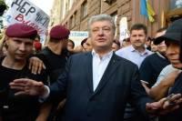 После допроса в ГБР Порошенко забросали яйцами