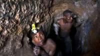 В Зимбабве после обрушения шахты под землей остаются десятки людей