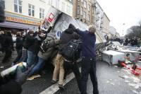 В Брюсселе полиция разгоняет бунтующих жителей