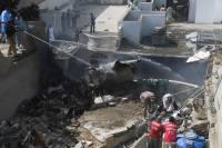 В Пакистане жертвами крушения самолета стали по меньшей мере 107 человек
