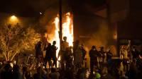 В США протестующие начали грабить и поджигать церкви