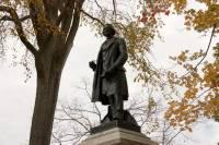 Власти канадского города отказались сносить памятник первому премьер-министру страны