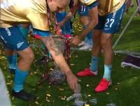 Футболисты не смогли сдержать эмоций и уронили крышку трофея.