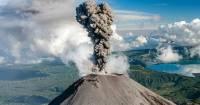 На Курилах вулкан Эбеко выбросил пепел на высоту 2,1 км
