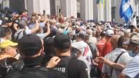 В Киеве начались столкновения между протестующими и полицией
